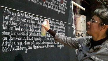 """Ausstellung """"Blick zurück nach vorn"""": Was von der Arbeiterbewegung übrig geblieben ist – Künstlerin Kristina Leko bei der Arbeit"""