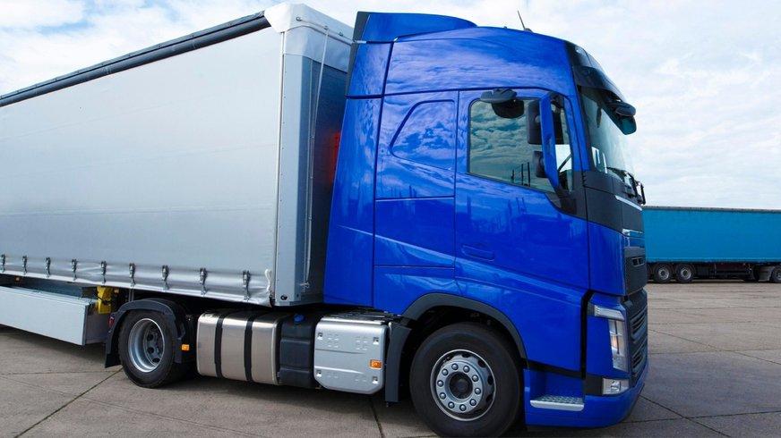 Aufnahme eines Lastkraftwagens mit Auflieger