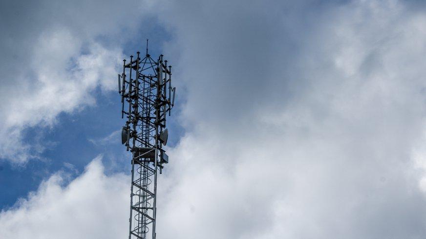 Mobilfunkmast vor wolkigem Himmel