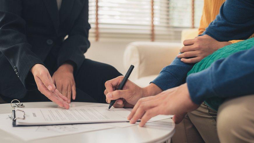 Ehepaar bekommt Versicherungsunterlagen erklärt