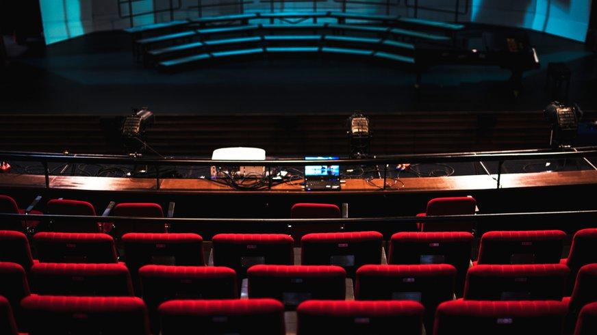 Leeres Theater mit roten Sitzen und leerer Bühne