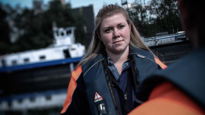 Mitarbeiterin des Schifffahrtsamt unterhält sich mit Kolleg*in