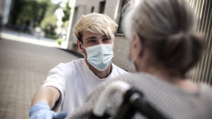 Pfleger betreut eine Patientin