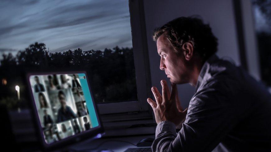 Mitarbeiter sitzt vor Computer.